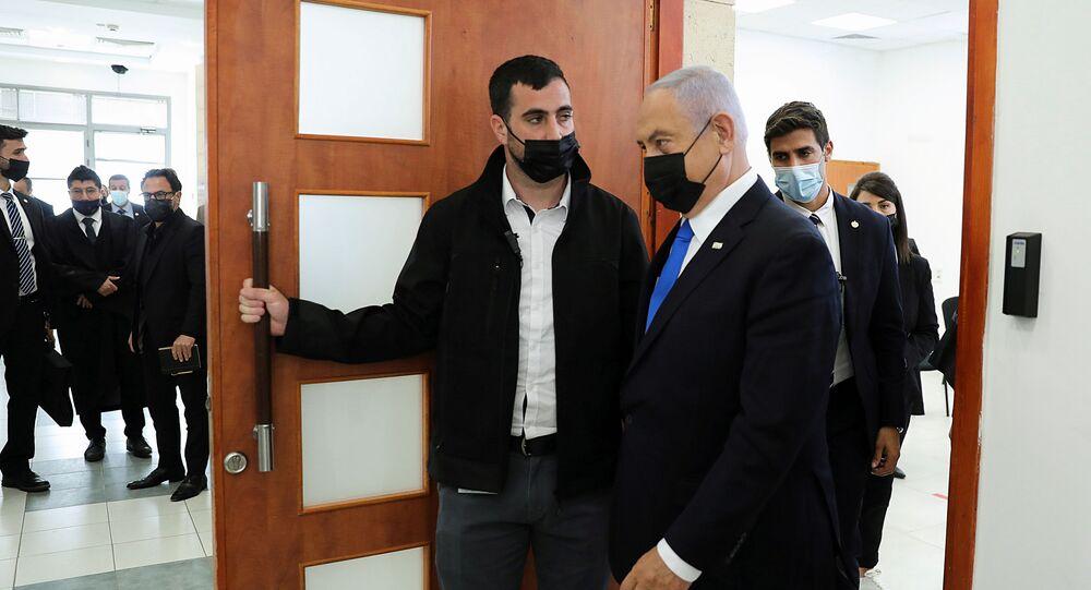 Benjamin Netanyahu, primeiro-ministro de Israel, usando uma máscara facial, deixa sala de audiências no Tribunal Distrital de Jerusalém por caso de corrupção, em 5 de abril de 2021
