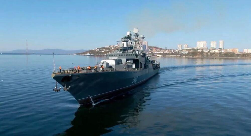 Fragata russa Marshal Shaposhnikov durante lançamento de mísseis Kalibr, em 6 de abril de 2021