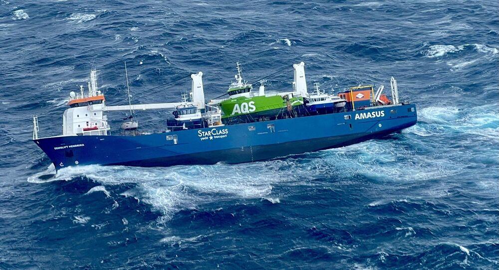 Foto registrada pelos serviços de resgate da Noruega mostra o cargueiro Eemslift Hendrika