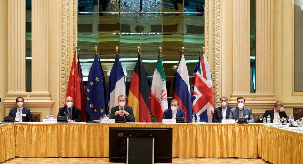 Enrique Mora, secretário-geral adjunto do Serviço Europeu de Ação Externa e Abbas Araghchi, vice-ministro das Relações Exteriores do Irã, aguardam o início de uma reunião da Comissão Mista do acordo nuclear em Viena, Áustria, 6 de abril de 2021