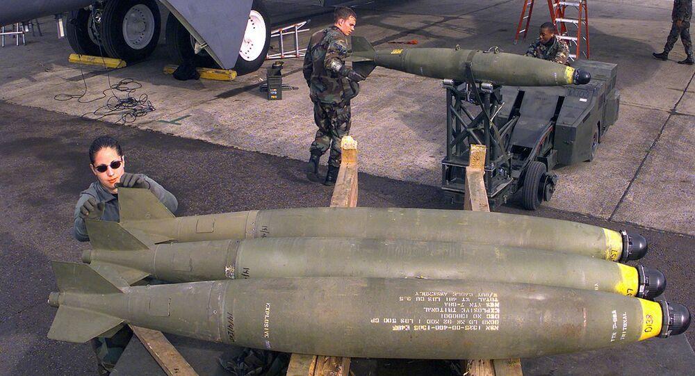 Aviador rola bomba até o final do trailer da bomba enquanto a tripulação de munições carrega um B-52H Stratofortress (foto de arquivo)