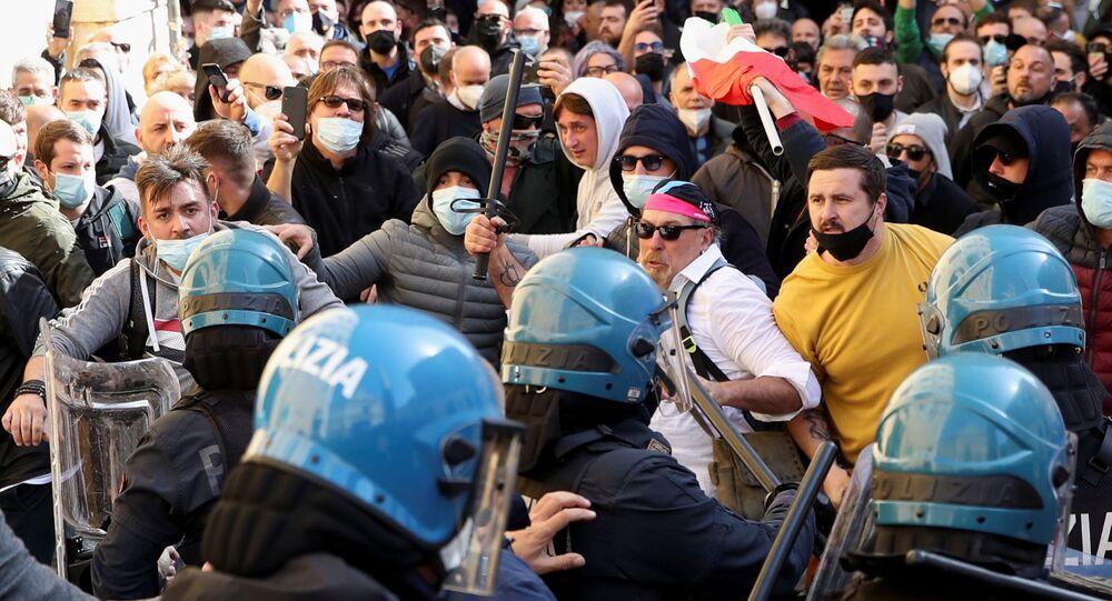 Confronto entre policiais e manifestantes em protesto contra medidas de combate à COVID-19 em Roma, Itália, 6 de abril de 2021