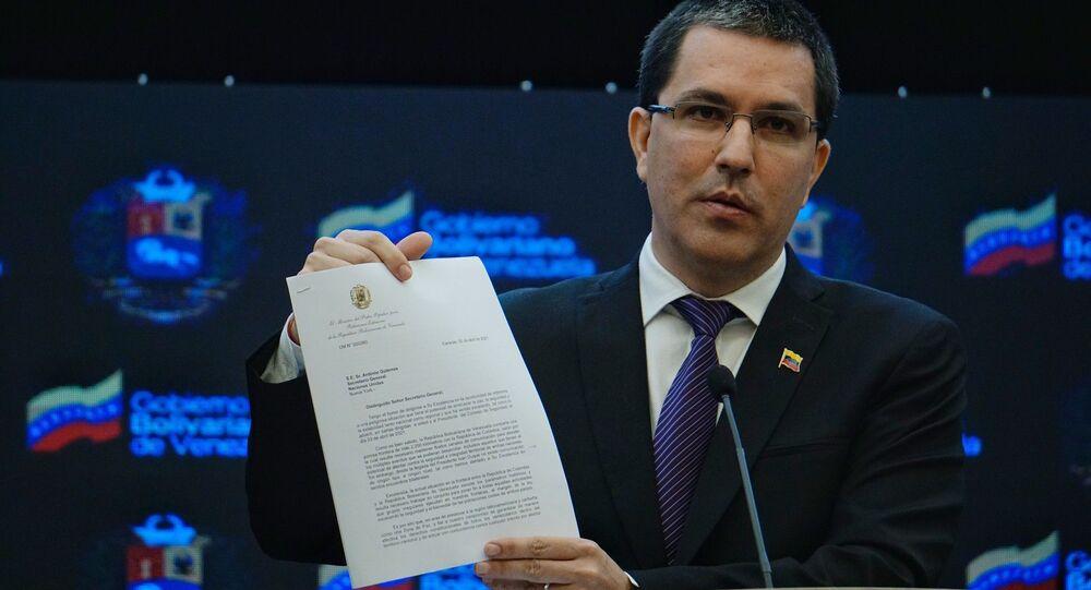 Em coletiva de imprensa, o chanceler venezuelano Jorge Arreaza mostra a carta que enviou ao Secretário-Geral da ONU, António Guterres