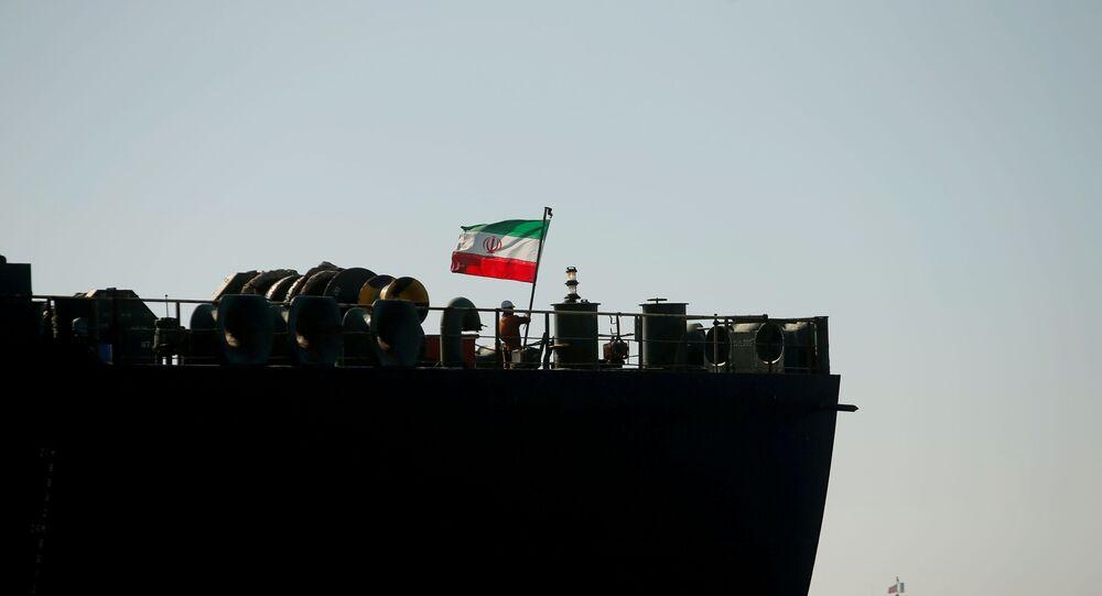 Um tripulante levanta a bandeira iraniana no navio petroleiro Adrian Darya 1, enquanto o navio ainda está ancorado: a Suprema Corte do território britânico ordenou sua retirada, no Estreito de Gibraltar, em 18 de agosto de 2019