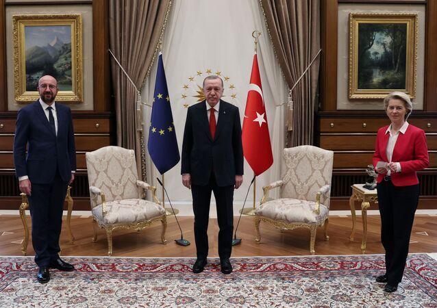 O presidente turco, Recep Tayyip Erdogan, com o presidente do Conselho Europeu, Charles Michel, e a presidente da Comissão Europeia, Ursula von der Leyen, em Ancara, na Turquia, em 6 de abril de 2021