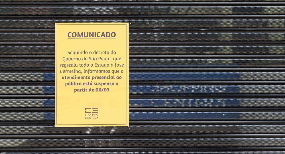Em São Paulo, um centro comercial na Avenida Paulista aparece fechado após a imposição de medidas restritivas de combate à COVID-19, em 28 de março de 2021