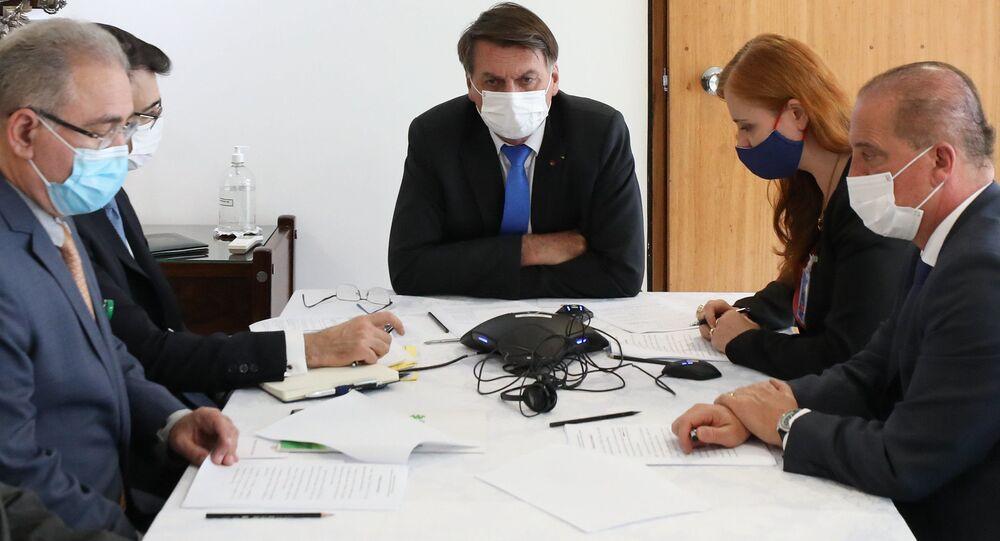 Bolsonaro e equipe durante conversa telefônica ao presidente da Rússia, Vladimir Putin.