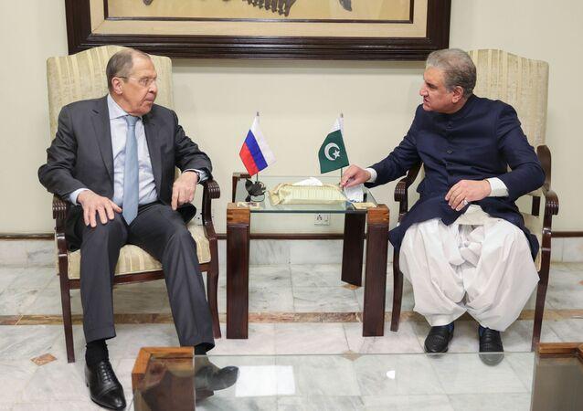 Sergei Lavrov, ministro das Relações Exteriores da Rússia, conversa com seu homólogo paquistanês, Shah Mahmood Qureshi, em Islamabad, Paquistão, em 6 de abril de 2021