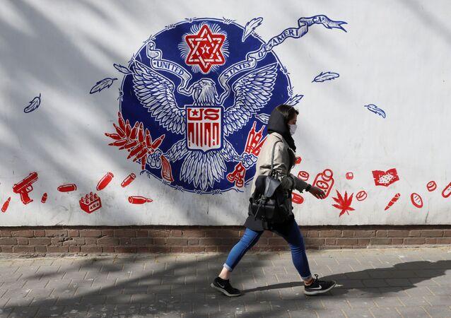 Pedestre passa pela antiga embaixada dos EUA em Teerã, Irã, 6 de abril de 2021