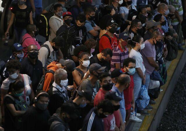 Pessoas aguardam metrô na Estação da Luz, em meio à pandemia de COVID-19, São Paulo, 6 de abril de 2021