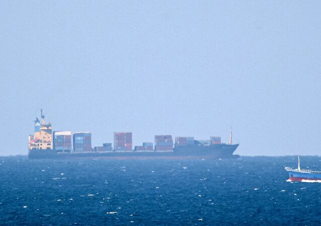 Um navio de carga não identificado navega em direção ao estreito de Ormuz ao largo da costa de Khasab, Omã (foto tirada em 15 de janeiro de 2012). O Irão informou que seu navio Saviz ficou danificado após sofrer uma explosão no mar Vermelho