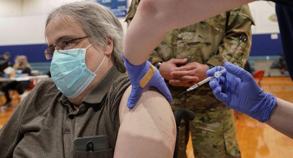 Paciente da COVID-19 aguarda transporte durante evento de vacinação comunitária em Martinsburg, Virgínia Ocidental, EUA, 11 de março de 2021