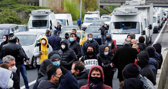 Empresários bloqueiam estrada em manifestações contra as medidas restritivas para frear a COVID-19 impostas pelo governo, Nápoles, Itália, 6 de abril