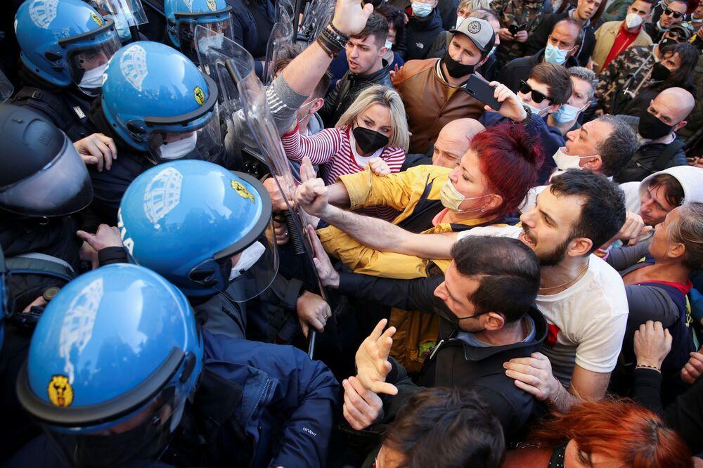 Proprietários de restaurantes confrontam a polícia por causa das restrições impostas aos negócios, Roma, Itália