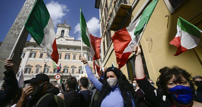 Proprietários de restaurantes e de pequenos negócios durante demonstrações em frente ao Parlamento italiano, na Piazza di Montecitorio em Roma, provocadas pelas medidas restritivas para combater a COVID-19 impostas pelo governo