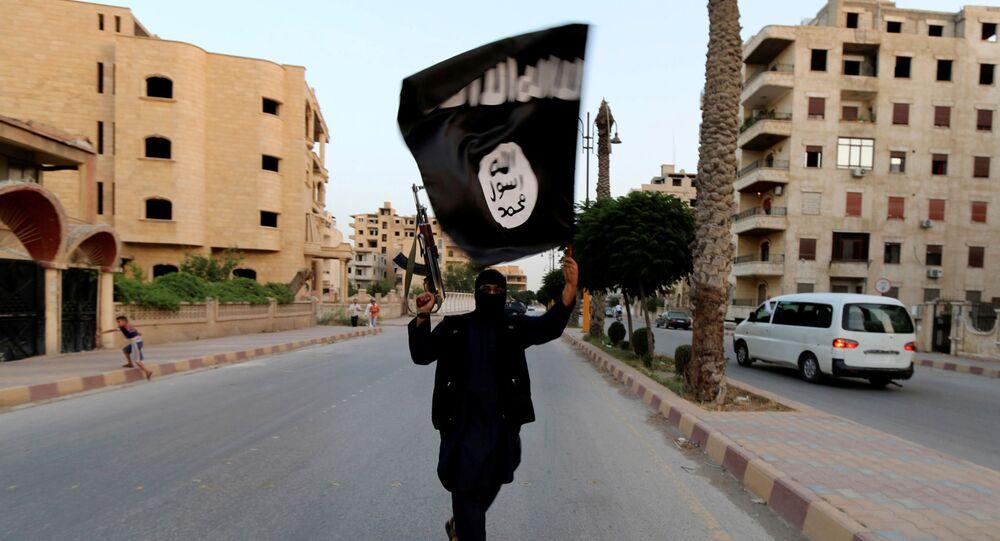 Militante do Daesh exibe a bandeira do grupo terrorista