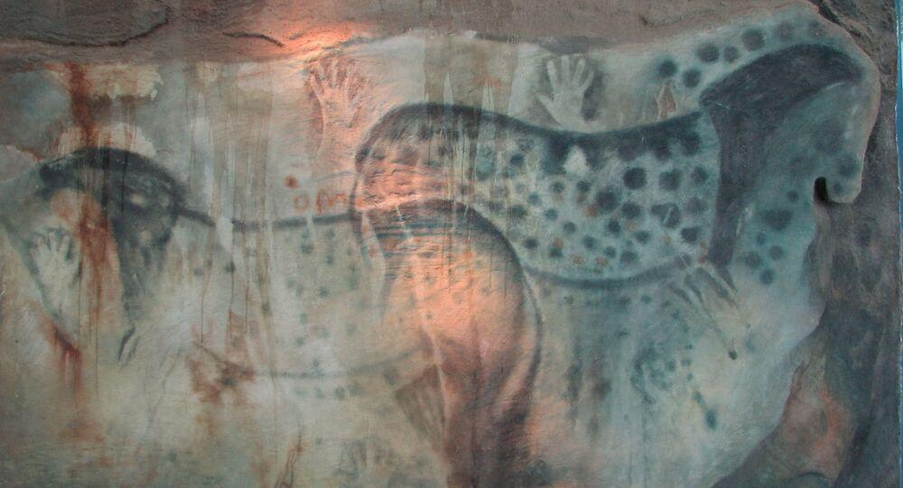 Pintura de cavalos e mãos na caverna Pech Merle, França