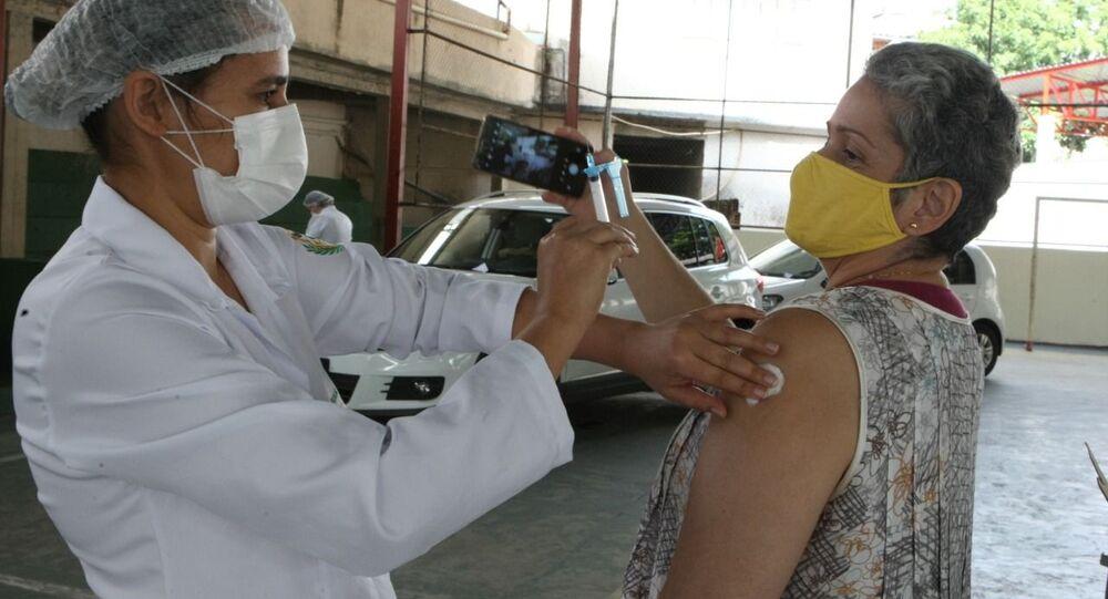 Mulher é vacinada contra a COVID-19 em Belo Horizonte, Minas Gerais.