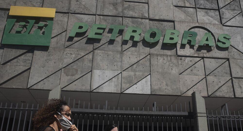 No Rio de Janeiro, pessoas caminham em frente ao prédio sede da Petrobras, em 9 de março de 2021