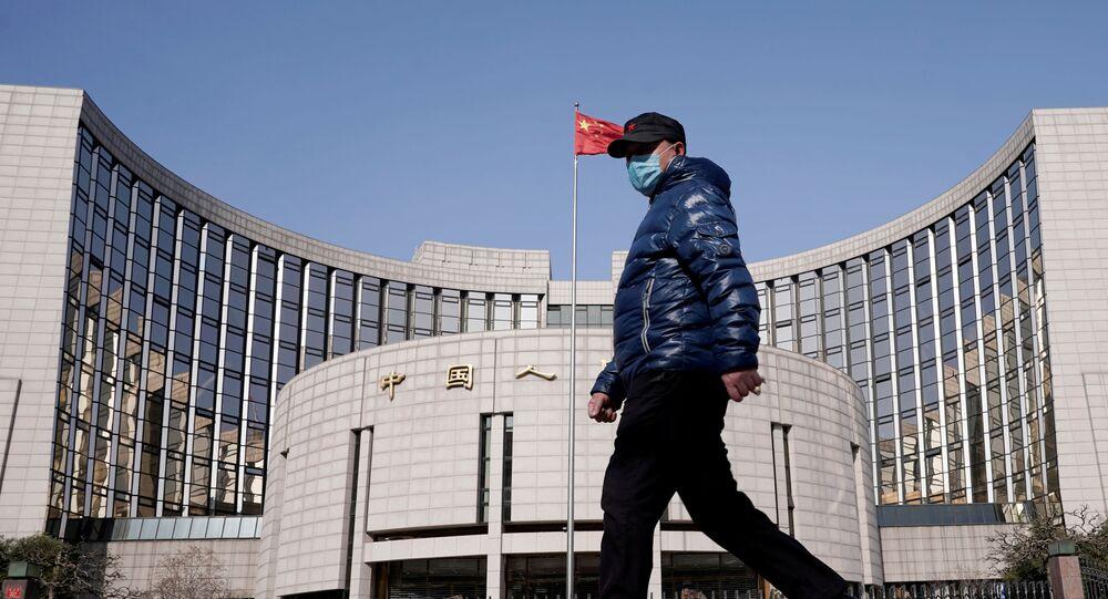Homem passa ao lado do Banco da China, Pequim