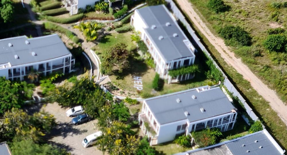 A mensagem com pedido de ajuda help vista no terreno do hotel em Palma, onde muitos moradores locais e estrangeiros se esconderam durante o ataque, em Moçambique. Esta foto foi tirada entre 24 de março e 27 de março de 2021, e obtida pela Reuters em 30 de março , 2021