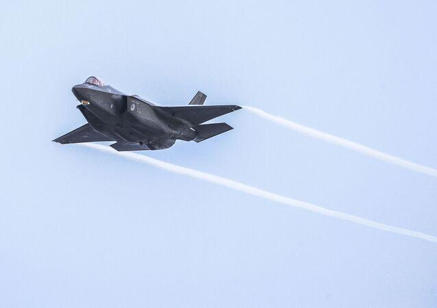Caça de quinta geração F-35 da Força Aérea Real dos Países Baixos treina sobre alvos na Linha Vliehors, local de treinamento da OTAN em Vlieland, Países Baixos