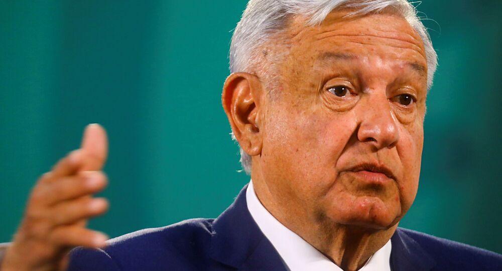 O presidente do México, Andrés Manuel López Obrador, gesticula ao falar durante uma coletiva de imprensa no Palácio Nacional, na Cidade do México, em 24 de março de 2021