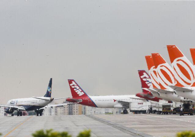 Movimentação de aviões na pista do aeroporto de Congonhas