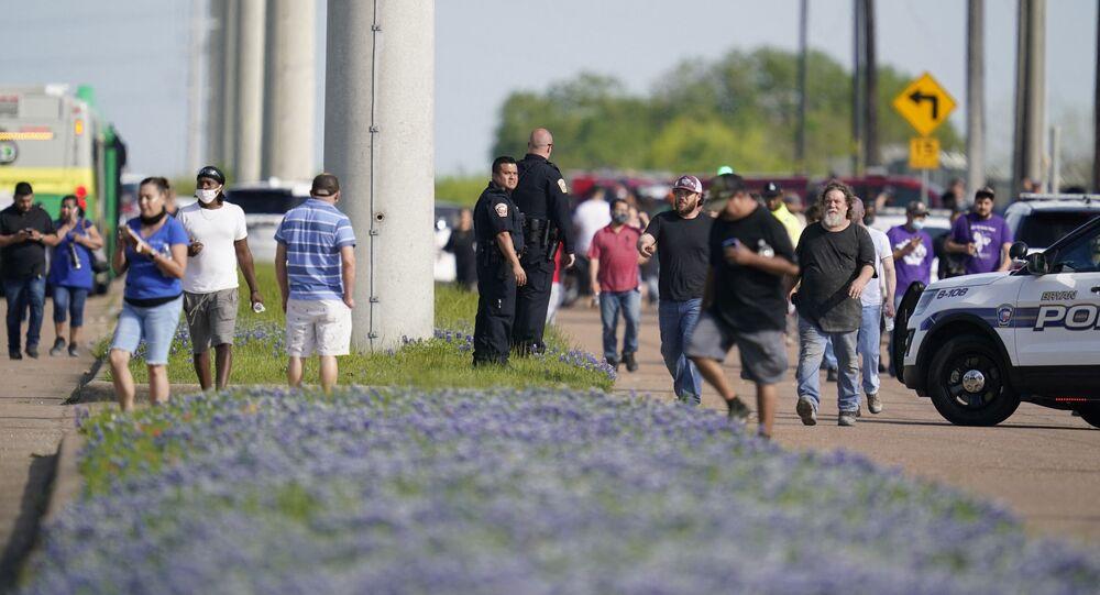 Policiais na cidade de Bryan, no Texas, nos Estados Unidos, evacuam funcionários e clientes de loja de decoração após tiroteio que deixou uma pessoa morta e quatro feridas.