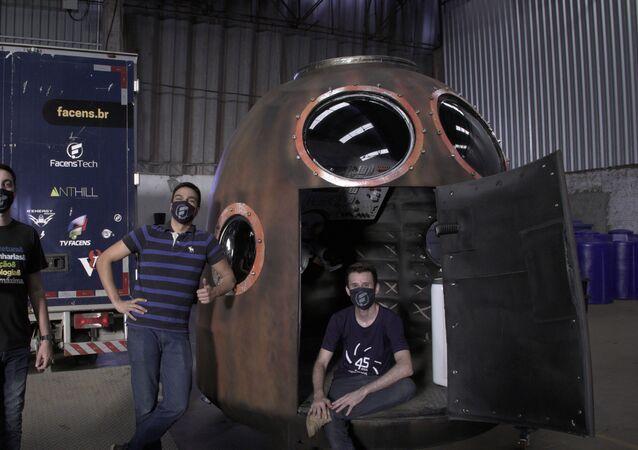 Equipe Fab Lab Facens na montagem do painel dentro da réplica da cápsula Soyuz-TMA 8