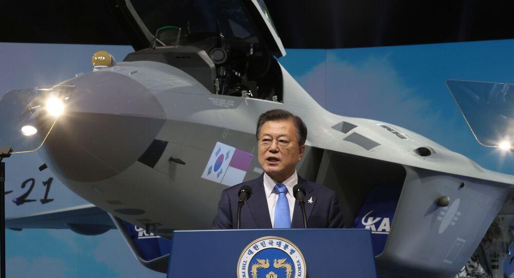 Presidente sul-coreano, Moon Jae-in, durante cerimônia de lançamento do protótipo do primeiro caça nacional da Coreia do Sul, KF-21, em em Sacheon, Coreia do Sul, 9 de abril de 2021