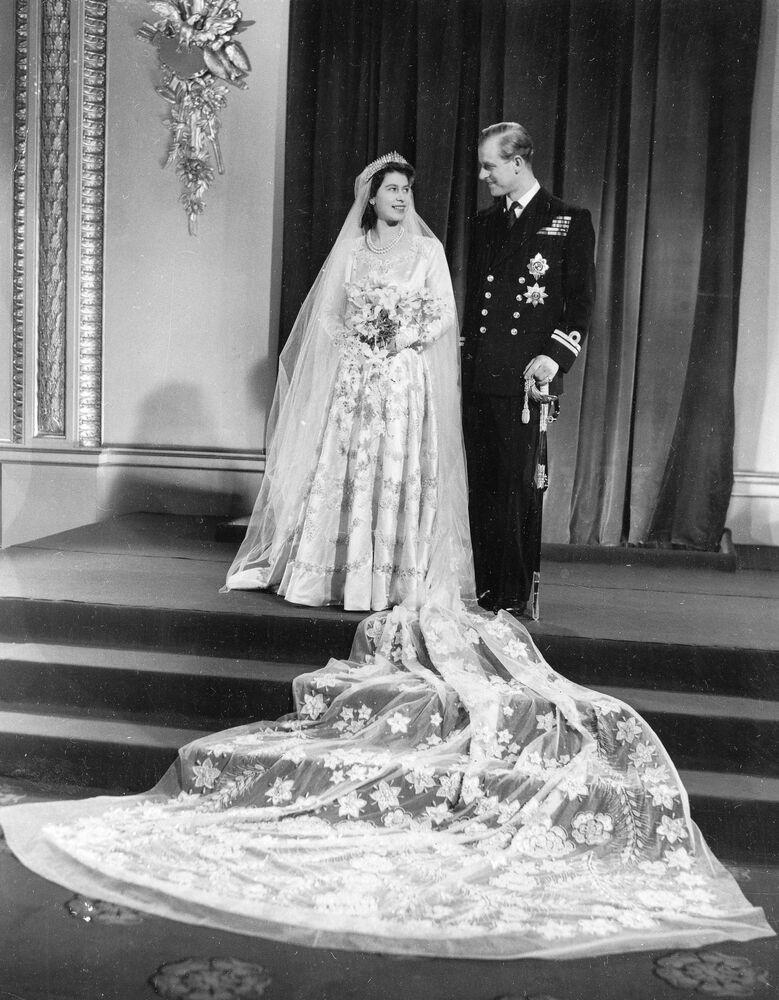 Foto oficial do casamento da princesa Elizabeth II e seu marido príncipe Philip, duque de Edimburgo, de volta ao Palácio de Buckingham após o casamento na Abadia de Westminster, 20 de novembro de 1947