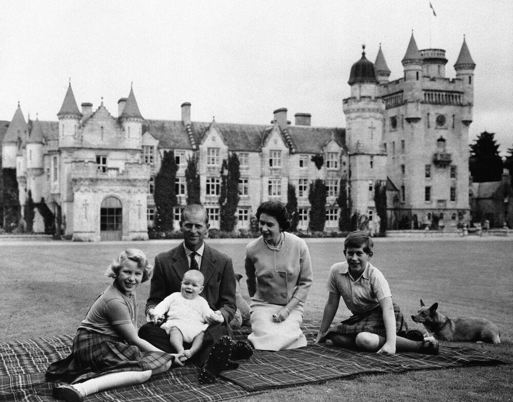 Rainha Elizabeth II, príncipe Philip e seus filhos, príncipe Charles, princesa Anne e príncipe Andrew, no gramado do Castelo de Balmoral, Escócia, setembro de 1960
