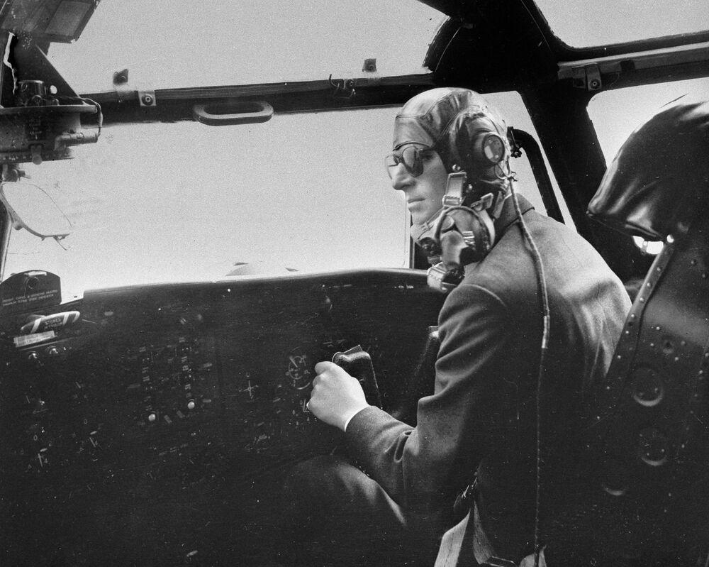 Príncipe Philip, duque de Edimburgo, pilota avião militar minutos antes de extintor de incêndio explodir e encher a cabine de fumaça, 11 de abril de 1956. O duque conseguiu controlar o avião e aterrissar perfeitamente dez minutos depois