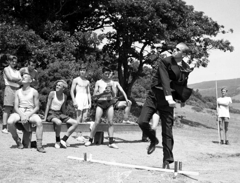 Príncipe Philip lança dardo durante visita à Escola Outward Bound Sea, 12 de julho de 1949