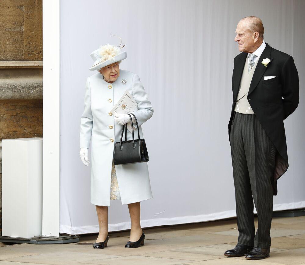 Rainha do Reino Unido, Elizabeth II, e seu marido príncipe Philip aguardam a chegada da princesa Eugenie de York e Jack Brooksbank, durante o casamento deles, Castelo de Windsor, Reino Unido, 12 de outubro de 2018