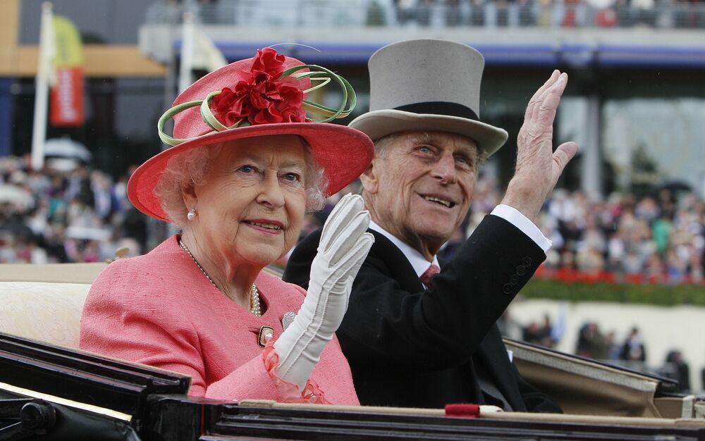 Rainha Elizabeth II e príncipe Philip chegam à corrida de cavalos Royal Ascot, 16 de junho de 2011
