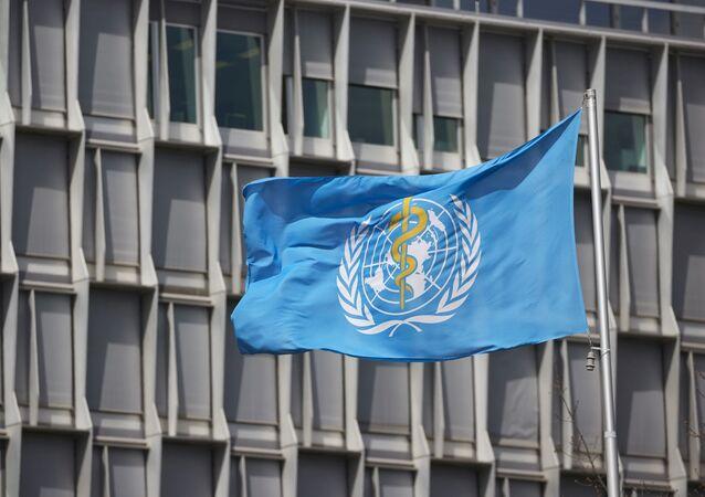Uma bandeira da OMS, ao lado de fora de um prédio da entidade em Genebra, na Suíça, no dia 6 de abril de 2021
