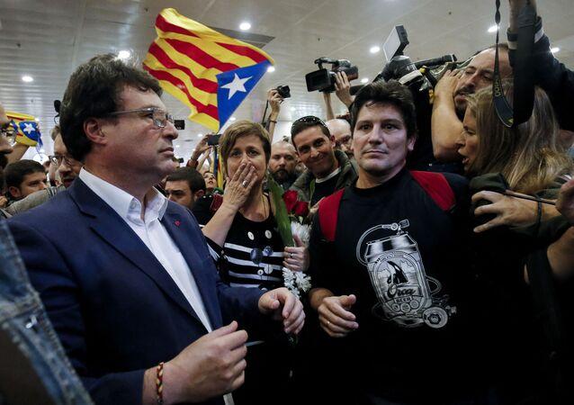 Os deputados Anna Simo (centro) e Joan Josep Nuet (à esquerda, de óculos) chegam a Barcelona em 2 de novembro de 2017, depois que suas audiências foram adiadas pelo Supremo Tribunal em Madrid