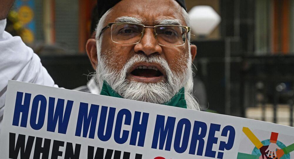 Homem protesta contra alegadas violações de direitos humanos na China, em Bombaim, Índia, 10 de dezembro de 2020