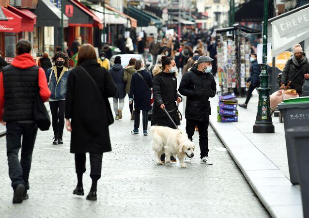 Pedestres caminham por rua de Paris em meio ao surto do novo coronavírus na França, em 20 de março de 2020