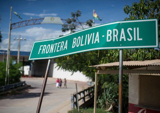 Fronteira entre Bolívia e Brasil em Puerto Quijarro, no leste da Bolívia.