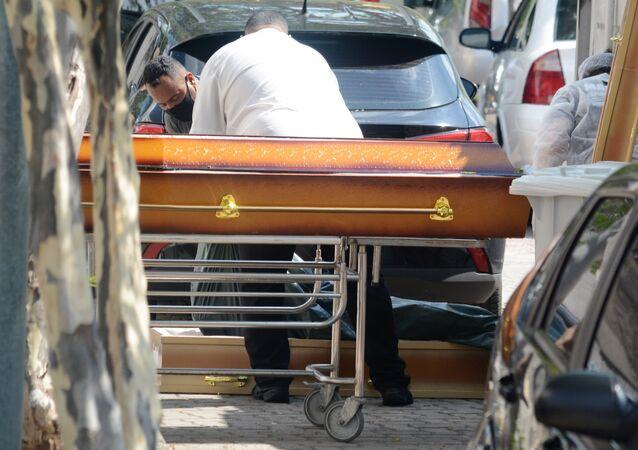 Contêiner com corpos de vítimas da COVID-19 no Rio de Janeiro.