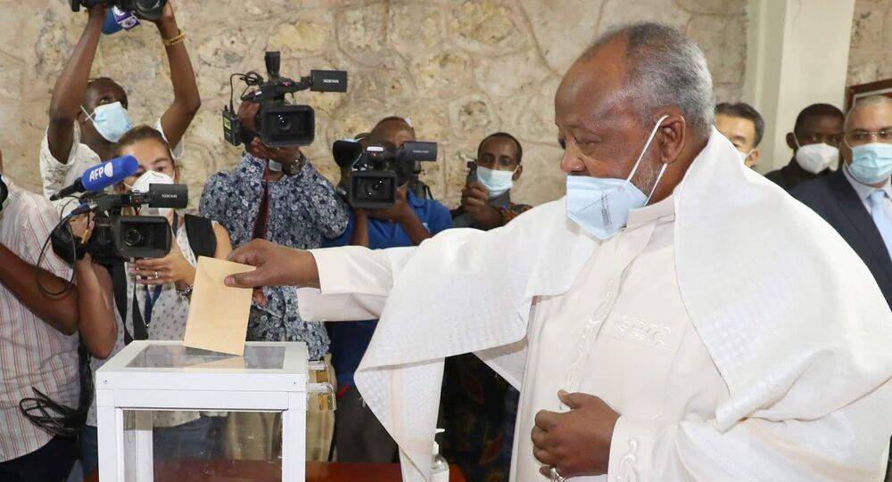 O presidente do Djibuti, Ismaёl Omar Guelleh, deposita seu voto durante as eleições presidenciais em 9 de abril de 2021