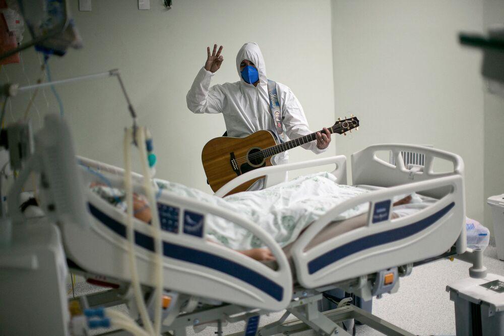 Funcionário de saúde do hospital da Beneficente Portuguesa canta nas unidades de terapia intensiva como parte de celebrações de Páscoa, em Belém do Pará, Brasil, 4 de abril de 2021