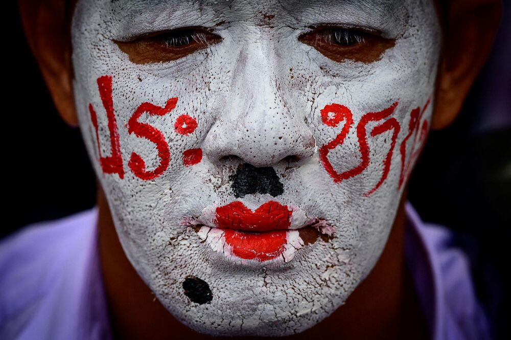Ativista em protesto antigovernamental organizado pelo movimento das Camisas Vermelhas em Bangkok, 4 de abril de 2021