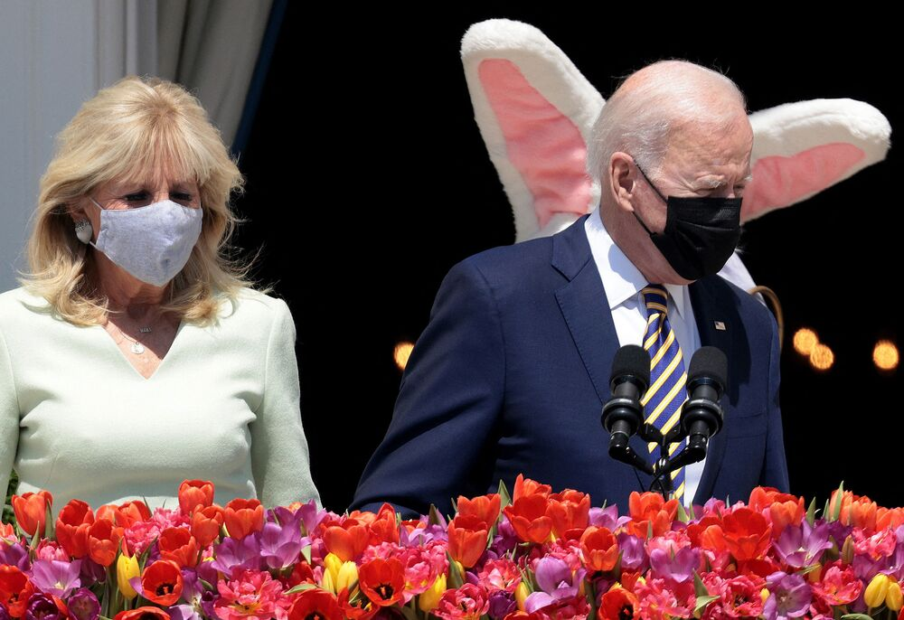 Presidente dos EUA, Joe Biden, e primeira-dama, Jill Biden, com Coelhinho da Páscoa na Casa Branca, 5 de abril de 2021