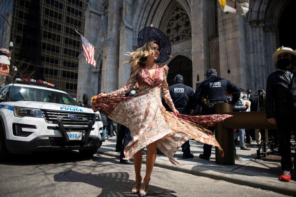 Mulher durante desfile anual de Páscoa e festival de bonés na Quinta Avenida, Nova York, EUA, 4 de abril de 2021