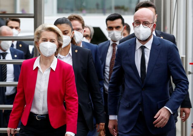 A chefe da Comissão Europeia, Ursula von der Leyen, e o presidente do Conselho Europeu, Charles Michel, durante a reunião com o presidente da Turquia, Recep Tayyip Erdogan, 6 de abril de 2021