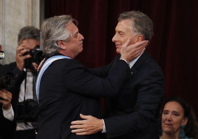 Em Buenos Aires, o presidente Alberto Fernández (à esquerda) cumprimenta o ex-presidente Mauricio Macri (à direita), em 10 de dezembro de 2019